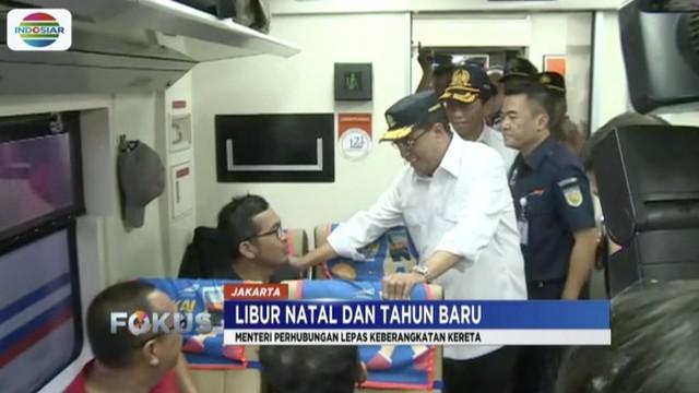 Menhub Budi Karya Sumadi tinjau pemudik di Stasiun Pasar Senen, Jakarta, jelang libur Natal dan Tahun Baru.