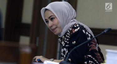 Terdakwa suap mantan anggota DPR Bowo Sidik Pangarso, Asty Winasti saat sidang lanjutan di Pengadilan Tipikor Jakarta, Rabu (26/6/2019). Sebelumnya, Asty didakwa melakukan suap 153.783 dolar AS dan Rp311,022 juta terkait kerja sama pengangkutan pupuk dengan PT HTK. (Liputan6.com/Helmi Fithriansyah)