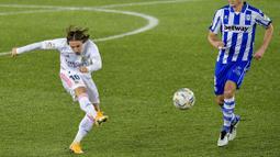 Gelandang Real Madrid, Luka Modric, melepaskan tendangan saat melawan Alaves pada laga Liga Spanyol di Stadion Mendizorroza, Sabtu (23/1/2021). Real Madrid menang dengan skor 4-1. (AP/Alvaro Barrientos)