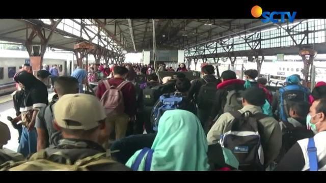 Hari pertama masuk kerja usai cuti bersama lebaran, arus balik penumpang di Stasiun Pasar Senen dan Terminal Kampung Rambutan Jakarta, masih terjadi.