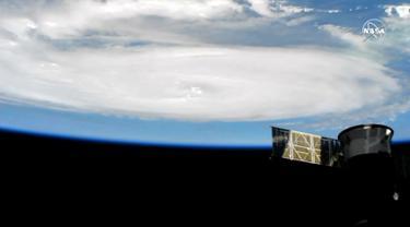 Gambar yang diambil dari NASA TV memperlihatkan Badai Dorian terlihat melalui stasiun luar angkasa internasional, Rabu (4/9/2019). Badai Dorian yang kini mengarah ke Amerika Serikat ini sebelumnya menerjang Kepulauan Bahama dan mengakibatkan sebanyak tujuh orang meninggal dunia. (HO/NASA TV/AFP)