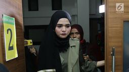 Rosmanizar memasuki ruang sidang Pengadilan Agama Jakarta Timur, Kamis (16/8). Rosmanizar menghadiri sidang cerai perdana tanpa kehadiran Enji dengan agenda mediasi. (Liputan6.com/Herman Zakharia)