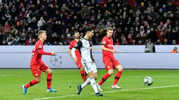 Pemain Juventus Cristiano Ronaldo (tengah) mencetak gol ke gawang Bayer Leverkusen pada pertandingan Grup D Liga Champions di Bay Arena, Leverkusen, Jerman, Rabu (11/12/2019). Gol Ronaldo dan Higuain bawa Juventus menang 2-0. (AP Photo/Martin Meissner)