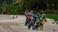 Pembalap Movistar Yamaha, Valentino Rossi (46), berlatih bersama beberapa member VR46 Rider Academy di MotoRanch, Tavullia, Italia, Sabtu (5/11/2016). (Bola.com/Twitter/ValeYellow46)