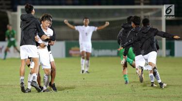 Pemain timnas U-19 Thailand berselebrasi setelah mengalahkan timnas Malaysia pada partai final Piala AFF U-18 2017, di Stadion Thuwunna, Myanmar (17/9). Tim Gajah Perang menang dua gol tanpa balas melawan Harimau Muda. (Liputan6.com/Yoppy Renato)