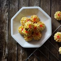 Membuat kue semprit./Copyright shutterstock.com
