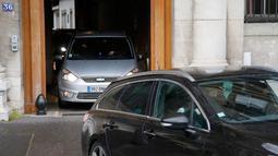 Konvoi polisi yang diyakini membawa tersangka utama teror Paris pada November lalu, Salah Abdeslam meninggalkan markas polisi menuju pengadilan, Prancis, Rabu (27/4). Abdeslam diekstradisi dari Belgia untuk menjalani sidang. (REUTERS/Christian Hartmann)