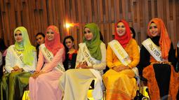 Para finalis puteri muslimah Indonesia 2014 saat konferensi pers perayaan Konser Raya 20 Tahun Indosiar di SCTV Tower, Senayan, Jakarta, Senin (5/1/2015). (Liputan6.com/Faisal R Syam)