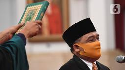 Kepala Badan Pelindungan Pekerja Migran Indonesia (BP2MI) Benny Rhamdani mengucapkan sumpah jabatan saat dilantik di Istana Negara, Jakarta, Rabu (15/4/2020). Presiden Joko Widodo resmi melantik Benny Rhamdani menjadi Kepala BP2MI. (Antarafoto/Hafidz Mubarak/Pool)