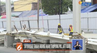 Pedagang PKL resah tidak bisa berdagang karena pembangunan jembatan penyebrangan multiguna atau skybridge Tanah Abang, Jakarta Pusat.