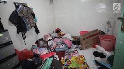 Kondisi salah satu ruangan sebuah rumah seusai penggerebekan terkait peredaran narkoba di kawasan Kampung Ambon, Jakarta, Rabu (24/1). Dari dalam rumah ini, petugas menangkap 6 orang yang terdiri dari 4 pria dan 2 wanita. (Liputan6.com/Arya Manggala)
