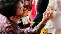 Ahmad Farhan Winarto penyandang Tuli dan CP yang mahir merias. Foto: Dokumen pribadi.