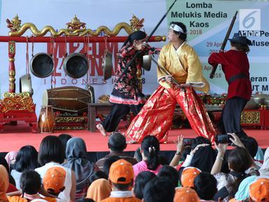 Pemeran dari Teater Koma menampilkan potongan cerita sejarah pertempuran pasukan Mataram dengan tentara Belanda saat pementasan dongeng teater di Museum Nasional Indonesia, Jakarta, Minggu (29/4). (Liputan6.com/Helmi Fithriansyah)