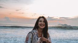 Seperti saat aktris kelahiran Juli 2001 tersebut pakai kain pantai over size yang dipadukan kaos serta celana pendek. Gayanya simpel namun tetap memesona. (Liputan6.com/IG/@jennifercoppenreal20)
