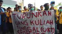 Ratusan mahasiswa Unsri menyampaikan aspirasinya ke anggota DPRD Sumsel (Liputan6.com / Nefri Inge)