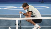 Petenis Jerman Alexander Zverev bereaksi setelah mengalahkan petenis Serbia Novak Djokovic pada babak semifinal tenis putra Olimpiade Tokyo 2020 di Tokyo, Jepang, Jumat (30/7/2021). (AP Photo/Patrick Semansky)