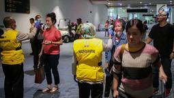 Petugas Kesehatan Karantina Bandara (KKB) memeriksa suhu badan penumpang yang baru mendarat di Terminal 3 Bandara Soekarno Hatta, Tangerang, Banten, Rabu (15/5/2019). Pemeriksaan dilakukan bagi penumpang yang tiba dari penerbangan Singapura dan Afrika. (Liputan6.com/Faizal Fanani)
