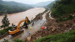 Orang-orang memperbaiki jalan yang rusak akibat hujan dan banjir di Quang Tri, Vietnam, 13 Oktober 2020. Bencana alam, terutama hujan lebat dan banjir, menyebabkan 28 orang tewas dan 12 lainnya hilang di wilayah tengah dan Dataran Tinggi Tengah Vietnam selama beberapa hari terakhir. (Xinhua/VNA)