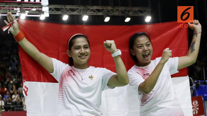 Pasangan Indonesia, Leani Ratri Oktila/Khalimatus Sadiyah melakukan selebrasi usai menaklukkan wakil Cina, Cheng Hefang/Ma Huihui, pada final Asian Para Games di Istora, Jakarta, Jumat (12/10/2018). Indonesia menang 21-15, 21-12. (Bola.com/M Iqbal Ichsan)