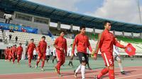 Para pemain Timnas Indonesia U-19 bersiap melawan Malaysia U-19 pada laga Kualifikasi Piala Asia U-19 2018 di Stadion Public, Paju, Senin (6/11/2017). Indonesia kalah 1-4 dari Malaysia. (AFP/Kim Doo-Ho)