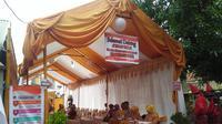 Petugas TPS di Makassar gunakan pakaian adat untuk menarik warga datang mencoblos (Liputan6.com/Eka Hakim)