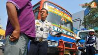 Razia tidak hanya dilakukan pada mikrolet saja, metro mini ikut diperiksa petugas (Liputan6/ Abdul Aziz Prastowo)