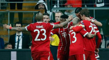 Pemain Bayern Munchen merayakan gol ketiga untuk tim mereka saat melawan Besiktas pada pertandingan Liga Champions leg kedua di stadion Vodafone Arena di Istanbul (14/3). (AP Photo / Lefteris Pitarakis)