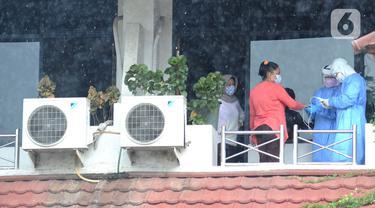 Tim paramedis dari Sudinkes Jakarta Selatan melakukan pemeriksaan kesehatan berkala kepada pasien Covid-19 yang berstatus sebagai OTG di Graha Wisata Ragunan, Senin (14/12/2020). Sebanyak 13 pasien OTG Covid-19 saat ini menjalani isolasi mandiri di Graha Wisata Ragunan. (merdeka.com/Arie Basuki)
