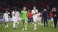 Reaksi para pemain Inggris usai kalah dari Italia lewat adu penalti pada pertandingan final Euro 2020 di Stadion Wembley, London, Inggris, Minggu (11/7/2021). Italia menang 3-2 lewat adu penalti usai bermain imbang 1-1 di waktu normal. (Laurence Griffiths/Pool via AP)