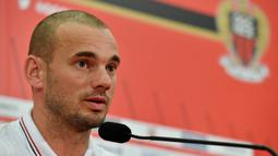 Tiba di markas Nice, Wesley Sneijder langsung memberikan keterangan pers terkait kepindahannya ke Ligue 1. (AFP/Yann Coatsaliou)