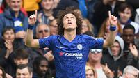 Bek Chelsea, David Luiz, merayakan gol yang dicetaknya ke gawang Watford pada laga Premier League di Stadion Stamford Bridge, London, Minggu (5/5). Chelsea menang 3-0 atas Watford. (AFP/Ben Stansall)