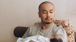 Komika sekaligus penulis ini mengaku bahwa dirinya masih tegang untuk mengendong anak pertamanya (Liputan6.com/IG/raditya_dika)