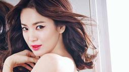 Song Hye Kyo memulai kariernya saat ia berusia 14 tahun. Pada tahun 1996, ia memenangkan kompetisi model seragam sekolah. (Foto: allkpop.com)