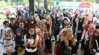 Para peserta mengantre untuk melakukan registrasi acara Emtek Goes To Campus (EGTC) 2018 di Universitas Negeri Semarang (Unnes), Rabu (18/7). Kali ini, Semarang menjadi kota pertama dari rangkaian road show EGTC 2018. (Liputan6.com/Herman Zakharia)