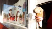 Jika Anda dilanda mengantuk, segarkan dengan makan buah dingin, es krim atau aneka es. Sensasi dinginnya akan membuat mata Anda melek. (huffingtonpost.com)