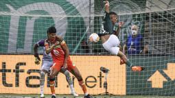 Performa apik Gabriel Jesus (kanan) bersama Palmeiras menarik minat Manchester United untuk memboyongnya ke Old Trafford dengn biaya 53 juta poundsterling. (Foto: AFP/Pool/Alexandre Schneider)