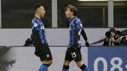 Pemain Inter Milan, Lautaro Martinez dan Nicolo Barella, melakukan selebrasi usai mencetak gol ke gawang Juventus pada laga Coppa Italia di Stadion Giuseppe Meazza, Selasa (2/2/2021). Juventus menang dengan skor 2-1. (AP/Luca Bruno)