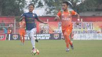 Erdin Pratama (kiri), docoret Persiba Bantul karena bermain tarkam tanpa seizin manajemen klub. (Bola.com/Ronald Seger)