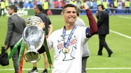 Cristiano Ronaldo. Adalah pemegang rekor penampilan terbanyak dengan 21 penampilan dan mencetak 9 gol. Debutnya di Piala Eropa dimulai pada edisi 2004 saat Portugal menjadi tuan rumah. Portugal berhasil dibawanya menjadi kampiun pada edisi terakhir tahun 2016. (AFP/Martin Bureau)