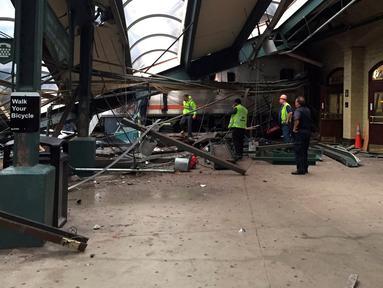 Petugas mengamati kereta komuter yang tergelincir dan menabrak peron Stasiun Hoboken, New Jersey, Kamis (29/9). Satu orang tewas akibat kecelakaan yang terjadi di jam sibuk dan lebih dari 100 orang terluka. (Courtesy of Corey Futterman via REUTERS)