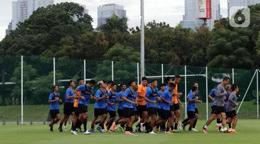Pemain Timnas Indonesia U-22 berlari kecil usai mengikuti latihan perdana di Lapangan D, Kompleks Gelora Bung Karno, Senayan, Jakarta, Rabu (10/2/2021). Latihan perdana Timnas U-22 diikuti 31 pemain yang dipersiapkan untuk ajang SEA Games 2021 di Vietnam. (Liputan6.com/Helmi Fithriansyah)