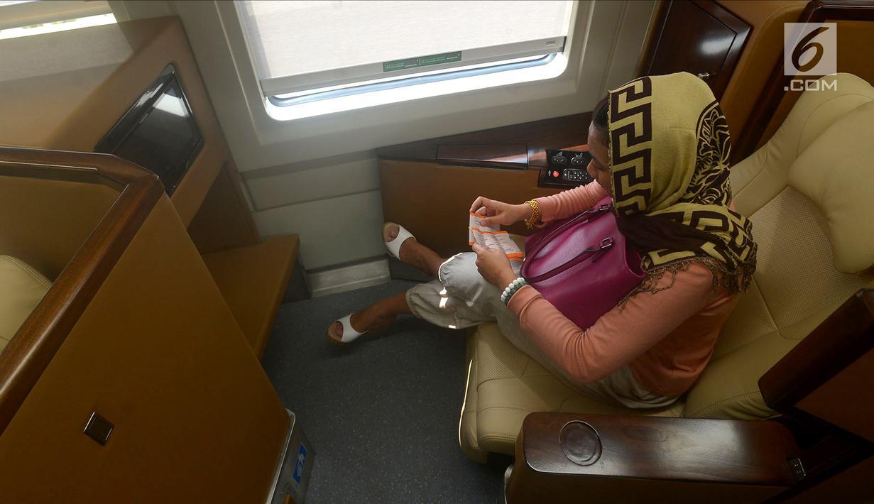 Warga mudik menggunakan rangkaian kereta sleeper di Stasiun Gambir, Jakarta, Selasa (12/6). PT Industri Kereta Api (INKA) hanya memproduksi empat gerbong kereta sleeper. (Merdeka.com/Imam Buhori)