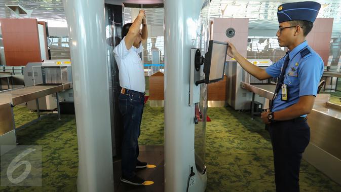 Presdir PT Angkasa Pura II Muhammad Awaluddin ketika diperiksa menggunakan alat body scanner oleh petugas di Terminal 3 Bandara Soekarno-Hatta, Tangerang, Senin (24/04). (Liputan6.com/Fery Pradolo)