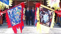 Presiden Joko Widodo (JokowI) dan Presiden Korea Selatan Moon Jae-in memeriksa penjaga kehormatan saat upacara penyambutan di Istana Changdeokgung, Seoul, Senin (10/9). Jokowi direncanakan akan berada di Seoul selama tiga hari (Jeon Heon-kyun/Pool via AP)