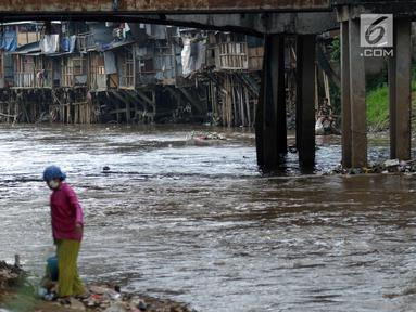 Deretan pemukiman padat di bantaran kali Ciliwung di sekitar kawasan Manggarai, Jakarta, Jumat (6/4). Pemprov DKI Jakarta akan terus berupaya merelokasi warga yang tinggal di bantaran Sungai Ciliwung. (Liputan6.com/Helmi Fithriansyah)