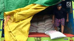 Pekerja menurunkan karung beras di Pasar Induk Beras Cipinang, Jakarta, Senin (15/1). Wagub Sandiaga Uno mengatakan Pemprov DKI akan selalu membeli beras Sulawesi dan Banten karena lebih memprioritaskan beras dari petani. (Liputan6.com/Immanuel Antonius)