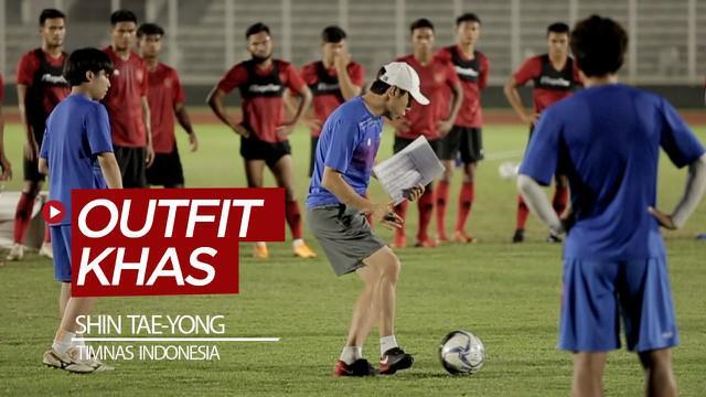 Berita video Pelatih Shin Tae-yong punya outfit khas saat melatih Timnas Indonesia saat training center (TC) di Jakarta. Apa yang khas dari ahli taktik asal Korea Selatan itu?