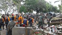 Personel gabungan di lokasi terdampak tsunami di Selat Sunda (foto: BNPB)