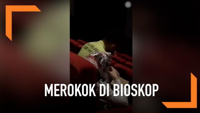 Padahal aksi si bapak yang merokok di dalam bioskop itu telah ditegur para pengunjung. Namun, ia tetap tidak peduli.