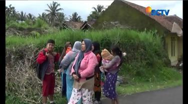Ibu dan anak-anak seketika berhamburan keluar rumah saat angin ribut menerjang kawasan mereka di Tasikmalaya, Jawa Barat.